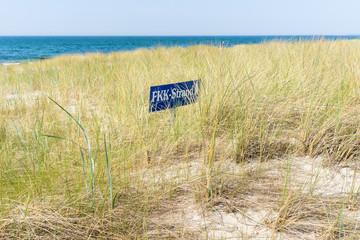 Hinweisschild FKK Strand an der Ostsee