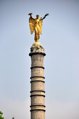 "Statue ""Goldener Engel"" in Paris"