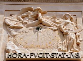 Paris - Steinerne Sonnenuhr am Justizpalast