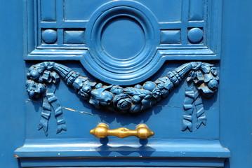 Paris - wundervoll verzierte blaue Tür mit goldenem Griff