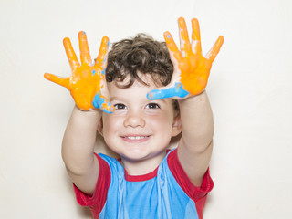 Niño mostrando sus manos pintadas