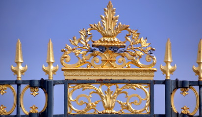 Paris - antiker Zaun mit vergoldeten Spitzen vor dem Louvre
