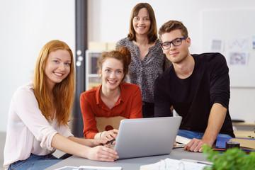 mitarbeiter im büro in einer besprechung am schreibtisch