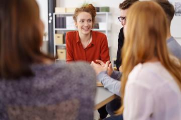 junges team im büro in einem meeting