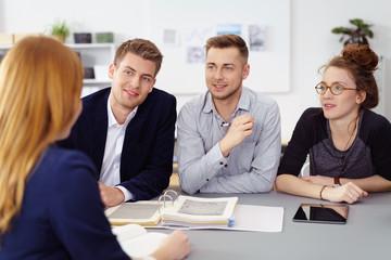 junge geschäftsleute in einer besprechung im büro