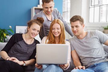 freunde zu hause schauen zusammen auf den laptop