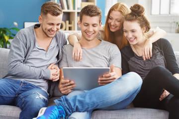erwachsene schauen ein video am tablet