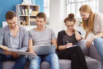 studenten sitzen zuhause und arbeiten an einem projekt