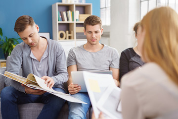 studenten lernen gemeinsam zu hause