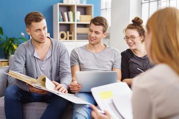 studenten lernen zusammen mit unterlagen und laptop