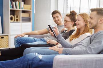 freunde schauen gemeinsam fernsehen