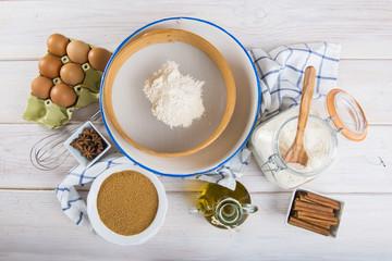Utensilios de cocina e ingredientes para la preparación de bizcochos, magdalenas, muffins y otros dulces y postres