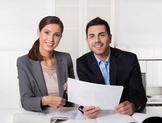 Geschäftsleute weiblich männlich im Büro bei einer Besprechung im Team.