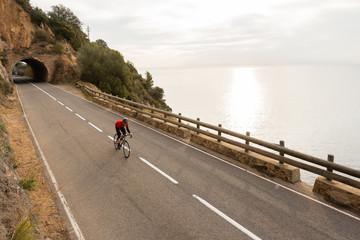 Photo sur Plexiglas Cyclisme Early Morning Road Cycling along the Coastal Highway