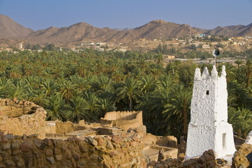 The old ruined town (ksour), of Djanet with its old mosque, Djanet, Southern Algeria, North Africa, Africa