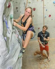 Sportlerin klettert in der Halle