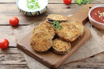 alimentazione vegetariana verdure melanzane gratinate o fritte su sfondo rustico