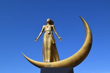 月の女神/朝日山系を源とする梵字川、また霊峰月山から流れる田麦川を源流とする寒河江ダムの完成により、新たに「あさひ月山湖」が山形県に誕生しました。人々を潤すダムの守り神として湖畔に姿を現した「月の女神」を撮影した写真です。