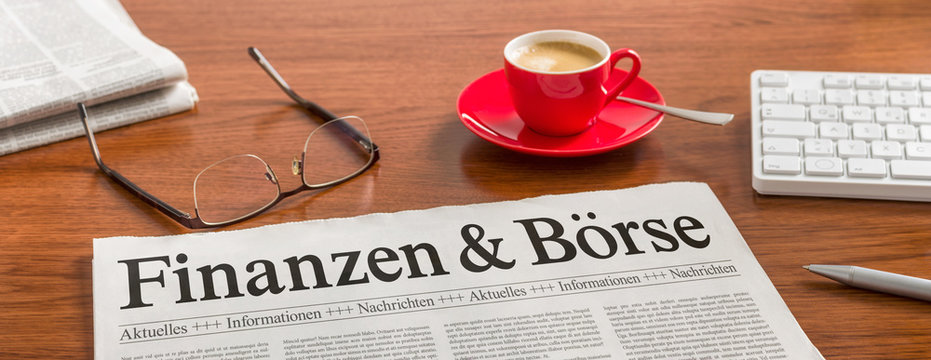 Zeitung auf Schreibtisch - Finanzen und Börse