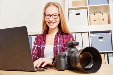 Frau als Fotograf bei Datensicherung