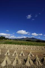 稲わらと山と青空