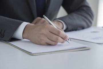ペンを持つビジネスマンの手