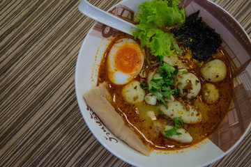 thai noodles with vegetables and soft boiled egg .