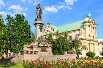 Obraz Warszawa, pomnik Adama Mickiewicza na Krakowskim Przedmieściu. W tle Kościół Wizytek - styl barokowy - fototapety do salonu