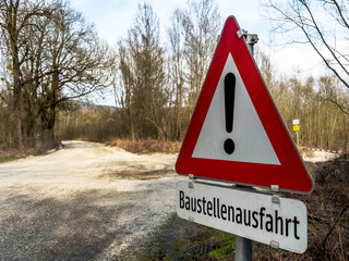 Verkehrszeichen Ausfahrt einer Baustelle