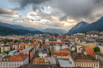 Sonnenuntergang über den Dächern von Innsbruck, Österreich