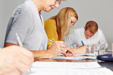 Hände von Geschäftsleuten beim Schreiben