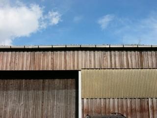 Leerstehende alte Lagerhalle mit Holzbeplankung am alten Hafen von Münster in Westfalen im Münstertland