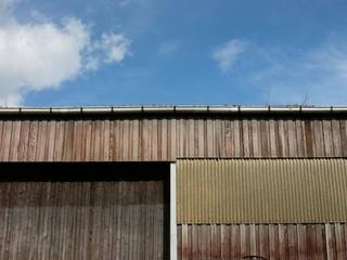 Lagerhalle mit brauner Holzfassade und großem Holztor am Binnenhafen in Münster in Westfalen