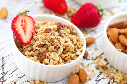 "Oat granola with almond, chocolate and fresh strawberry"" Arkivfoton ..."