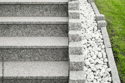 moderne au entreppe aus granit mit palisaden und drainage aus gro en wei en kieselsteinen. Black Bedroom Furniture Sets. Home Design Ideas