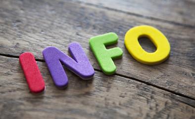mot info en lettres colorées