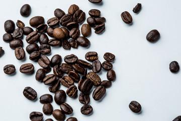 Dettaglio chicchi di caffè su sfondo bianco.