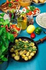 Schön gedeckter Tisch mit leckerem Essen aus einer Luftaufnahme