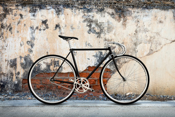 In de dag Fiets City bicycle fixed gear and cracked concrete old wall background