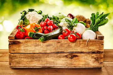 Photo sur Aluminium Legume Wooden crate of farm fresh vegetables