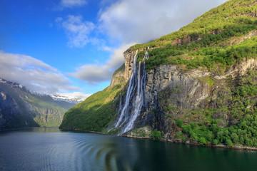 Der Sieben Schwestern Wasserfall am Geirangerfjord im Morgenlicht