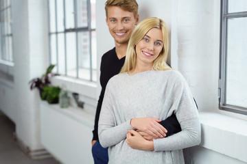 attraktives paar steht am fenster