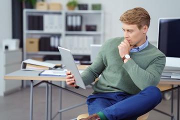 mann im büro liest schlechte nachrichten