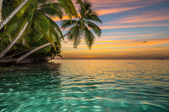 sunset on tropical island with wonderful colors / traumhafter sonnenuntergang auf tropischer insel