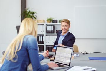 kollegen arbeiten zusammen im büro