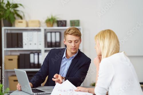mitarbeiter besprechen ernste themen