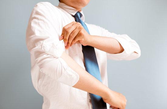 腕まくりをする男性