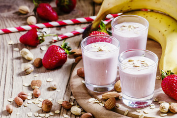 Milkshake with banana, strawberries, oatmeal and ground nuts, vi