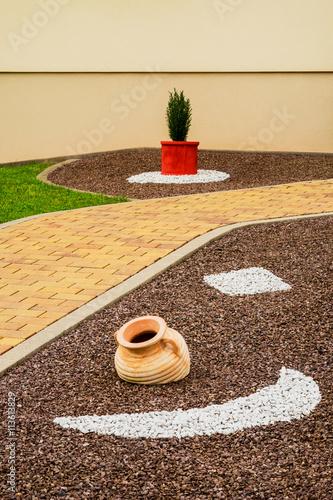 Vorgarten als steingarten mit dekoration und gartenweg for Dekoration vorgarten