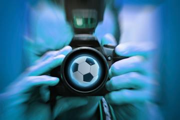 foot et football 2018, photographe sportif prenant en photo un ballon de foot avec un effet blur bleu. Professionnel vu de face avec son appareil photo. effet visuel.